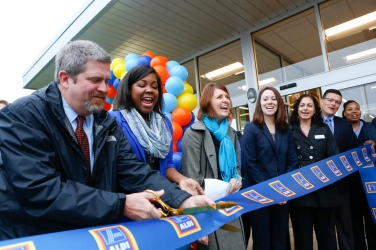 The Roanoke ValleyÕs first Aldi grocery store opened Thursday morning to a crowd of hundreds at Crossroads Mall. This is one of the first new grocery store chains the area has seen in a few years.